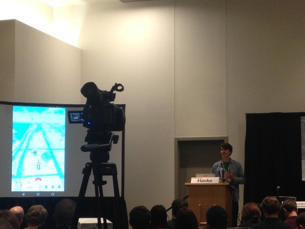 John Hanke, director general de la empresa desarrolladora Niantic, demostrando la app Pokémon GO.
