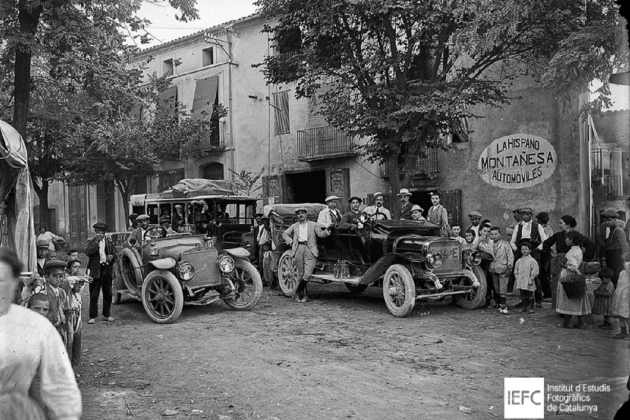 Dos automòbils i un omnibus Hispano Suiza, a Tremp (Pallars Jussà). Circa 1920. Font IEFC
