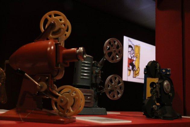 Projectors i una pel·lícula de fons en l'exposició 'El joc del cinema'. Mar Vila.
