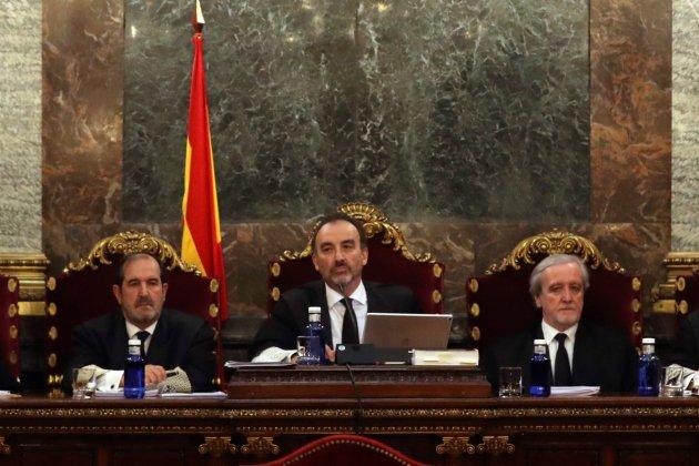 El magistrado Manuel Marchena (c) preside el tribunal, junto a los jueces Andrés Martínez Arreieta (i) y Juan Ramón Berdugo (d) cas 1 O Tribunal Suprem Efe