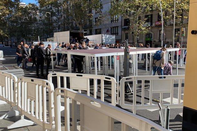 muntatge escenari tsunami democràtic plaça universitat 9N Adrià Rovira