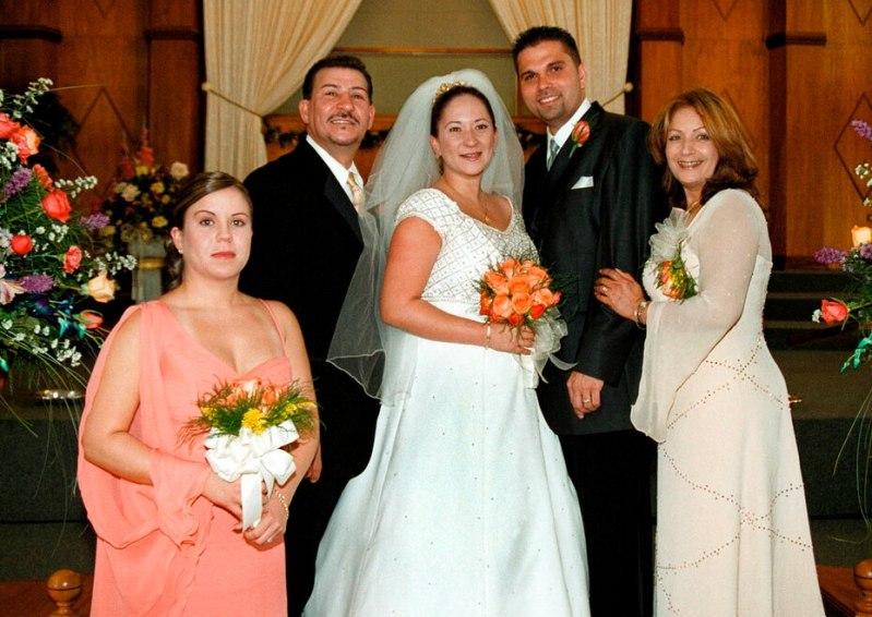 Tito Rojas siempre compartió las alegrías de su vida familiar. En la foto, junto a su esposa Ivy y sus hijas Jessica y Kisha, durante la boda de esta última en 2002.