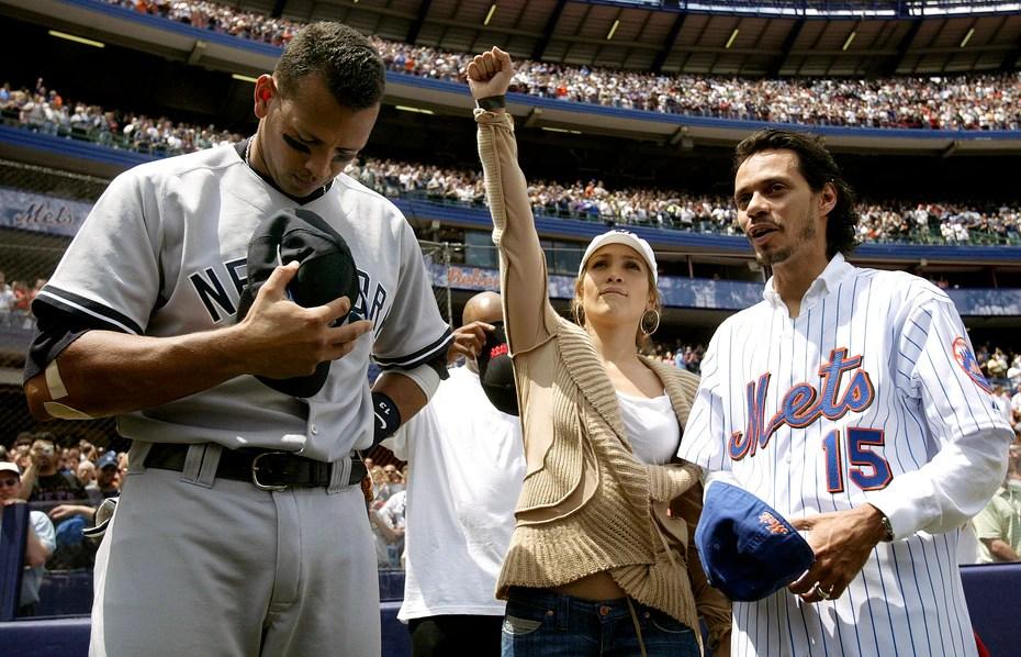 """Según explicó Jennifer López (centro) en una entrevista en la revista Sports Illustrated en el 2019, conoció a Alex Rodríguez (izq.) durante un partido entre los Mets y los Yankees de Nueva York en el 2005 al que asistió junto a su entonces esposo, el cantante Marc Anthony (der.). Sobre el momento en que conoció a Rodríguez, quien jugaba para los Yankees,, López dijo que """"Nos dimos la mano y se sintió una electricidad por tres segundos... tres a cinco segundos de mirar a alguien a los ojos y quedarse atascado""""."""