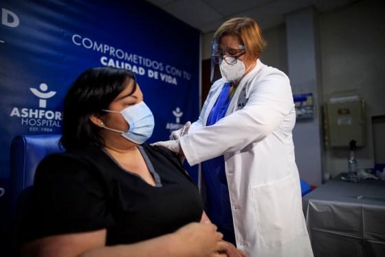 La terapista respiratoria Yahaira Alicea fue la primera persona vacunada en Puerto Rico contra el COVID-19.
