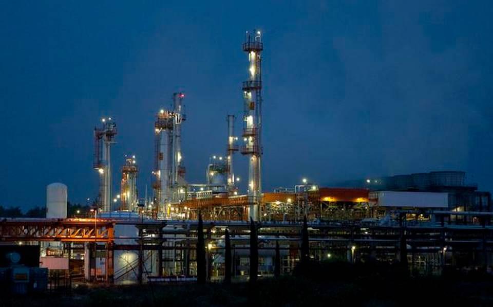 Vista nocturna de la refinería de Pemex en Tula de Allende, en el estado mexicano de Hidalgo.