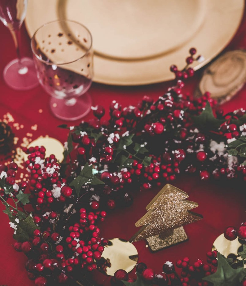 d262414ec2064 J-4 avant Noël ! Je partage avec vous aujourd hui une idée décoration de  table pour le repas de Noël. J ai choisi une déco traditionnelle, en rouge  ...