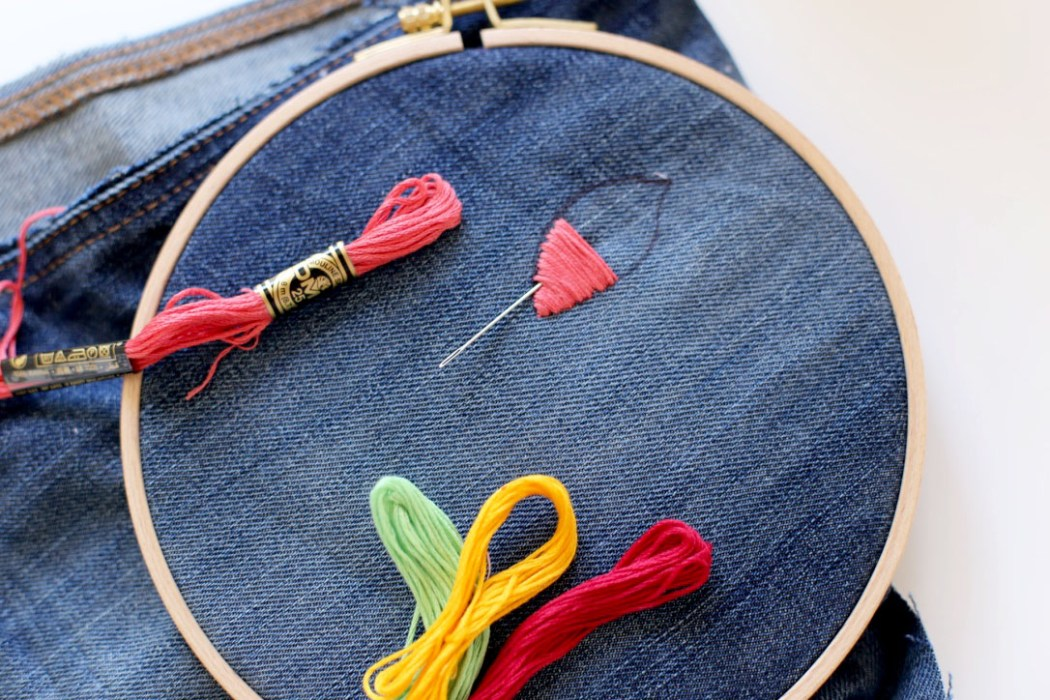 160905 broderie jeans fleurs passe plat 2 Ma pochette brodée pour faire durer lété (spécial récup)