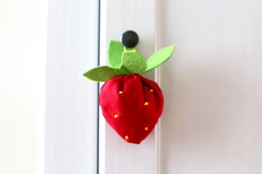 160913 fraise suspension lavande sachet Une petite fraise parfumée à la lavande à glisser dans son armoire