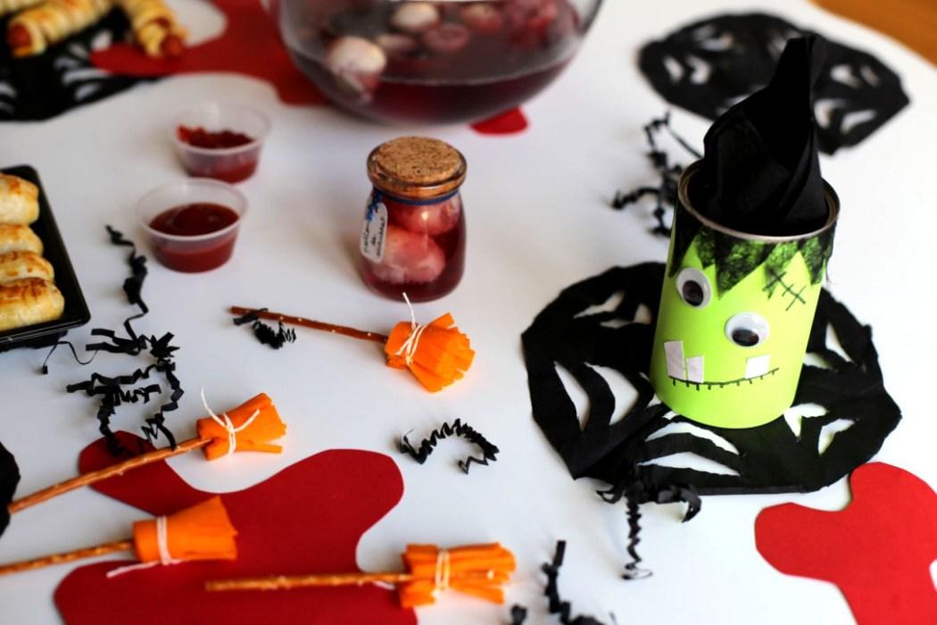 161012 table halloween frankenstein balai sang Une table de sorcière pour Halloween