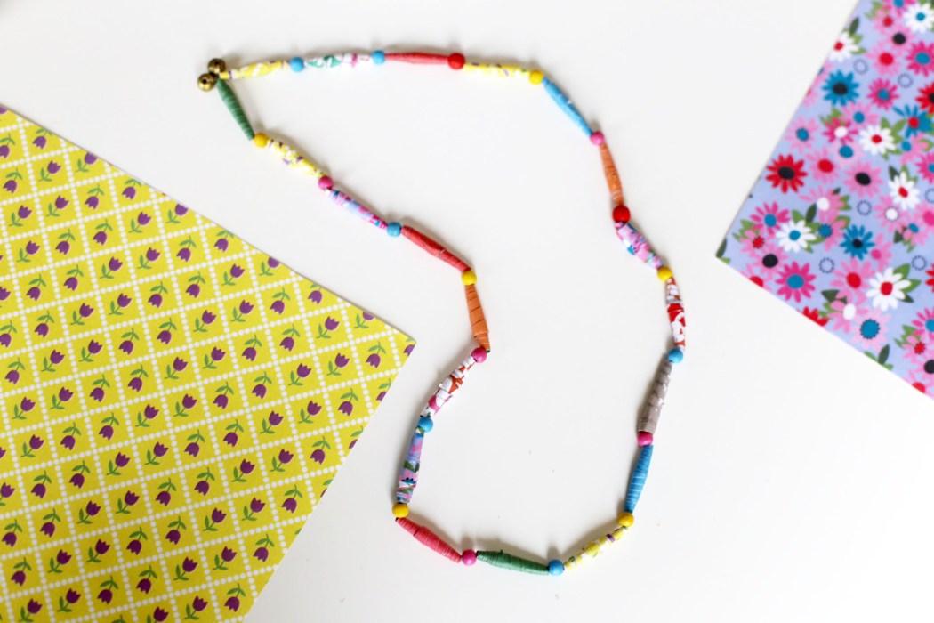 170202 collier en papier enfants activites Un collier en papier tout coloré