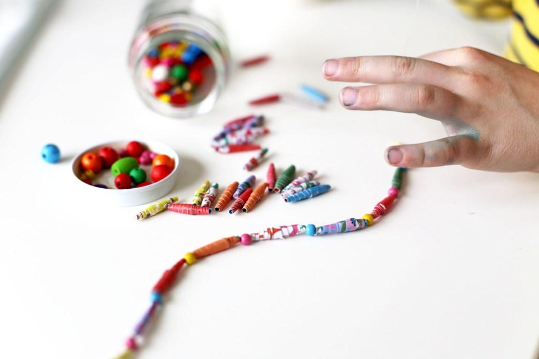 170202 perles en papier upcycling Un collier en papier tout coloré