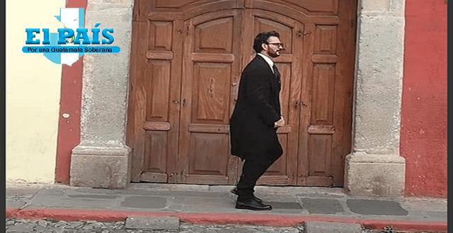 Ricardo Arjona paseando con un traje negro en Antigua Guatemala