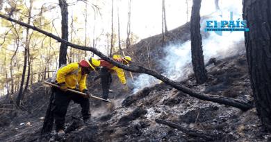 Bomberos apagando incendios en Guatemala