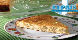 un pedazo de pan de elote preparado con la receta de pan de elote guatemalteco