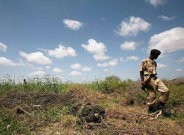 Soldado frente a cadaver de miliciano islamista en Somalia (Fuente: AP)