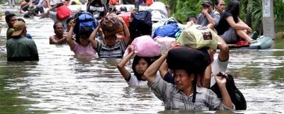 Residentes de Yakarta huyen de sus casas por las riadas