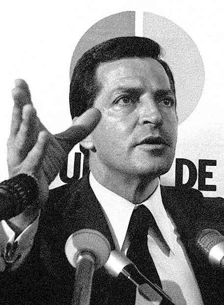 Adolfo Suárez atendiendo a la prensa (www.elpais.com)