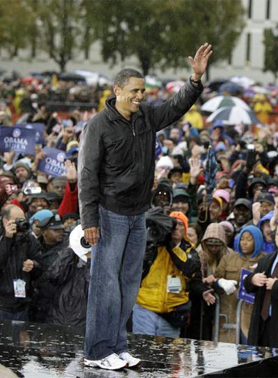 Barack Obama saluda a sus seguidores