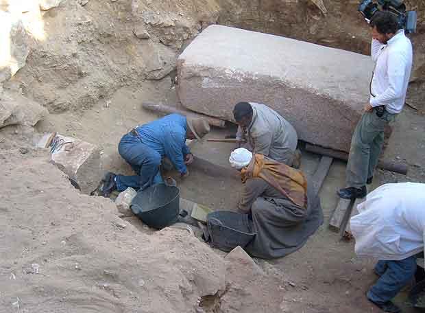 Un grupo de arqueólogos en la excavación de Saqqara