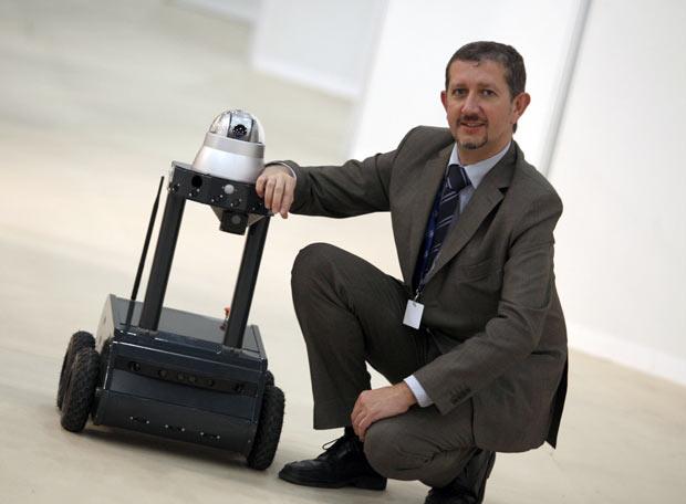 Jose Luis Rubio con el robot