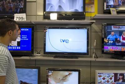 Los anuncios desaparecerán de toda la televisión pública estatal antes de que acabe el año. (SANTI BURGOS. El País)