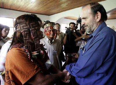 Indígenas peruanos esperan el martes en Lima para reunirse con el presidente del Consejo de Ministros.  REUTERS - 18-06-2009