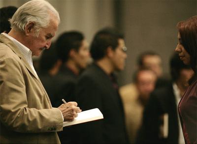 Carlos Fuentes dedica un ejemplar de su última novela, 'Adán en Edén', en la Feria Internacional del Libro de Guadalajara
