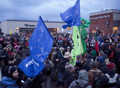 Decenas de miembros de la organización Acción por la Justicia Climática se citan en la estación de Taarnby, antes de partir hacia el centro de convenciones que acoge la Cumbre Mundial del Clima de Copenhague.