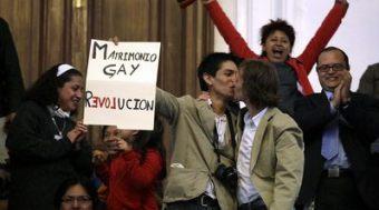 Una pareja se besa después de conocerse la aprobación del matrimonio gay
