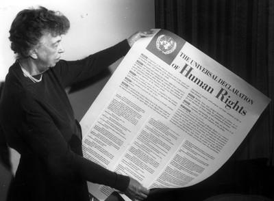 Eleanor Roosevelt muestra la Declaración Universal de Derechos Humanos