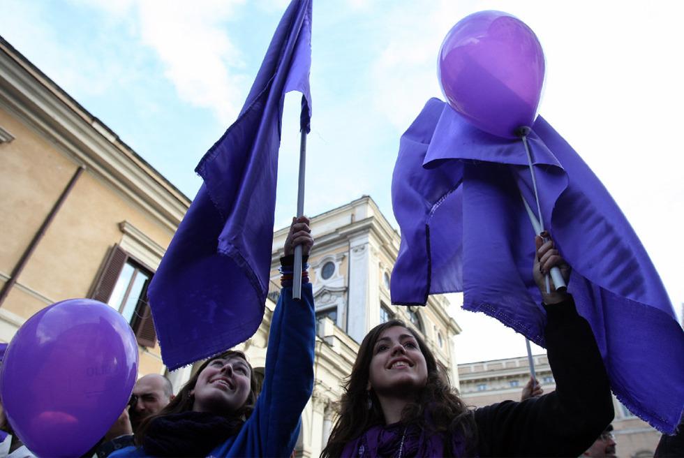 El Pueblo Violeta se manifiestan contra Berlusconi