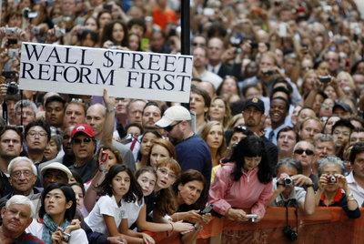 Ciudadanos de Nueva York durante el discurso de Obama en  Wall Street