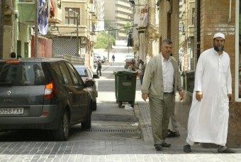 El imán (derecha) que quiere echar a las prostitutas