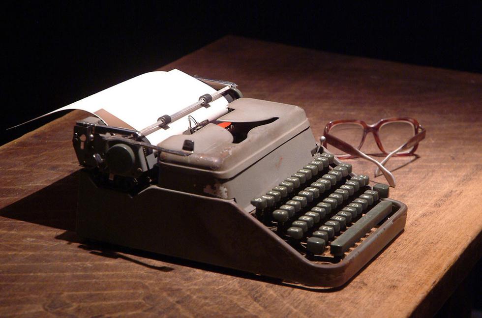Las gafas y la maquina de escribir