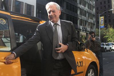 Vargas Llosa sale hoy de un taxi en Nueva York tras haber sido premiado con el Nobel.