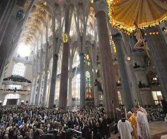 Misa en el interior de la Sagrada Familia