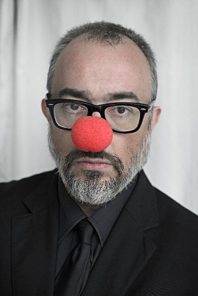 Arturo Pérez-Reverte con nariz roja