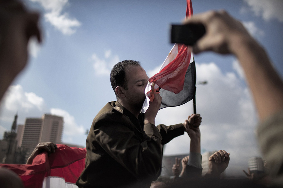 Besando la bandera