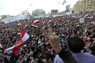 Un jóven manifestante ondea emocionado la bandera de Egipto.