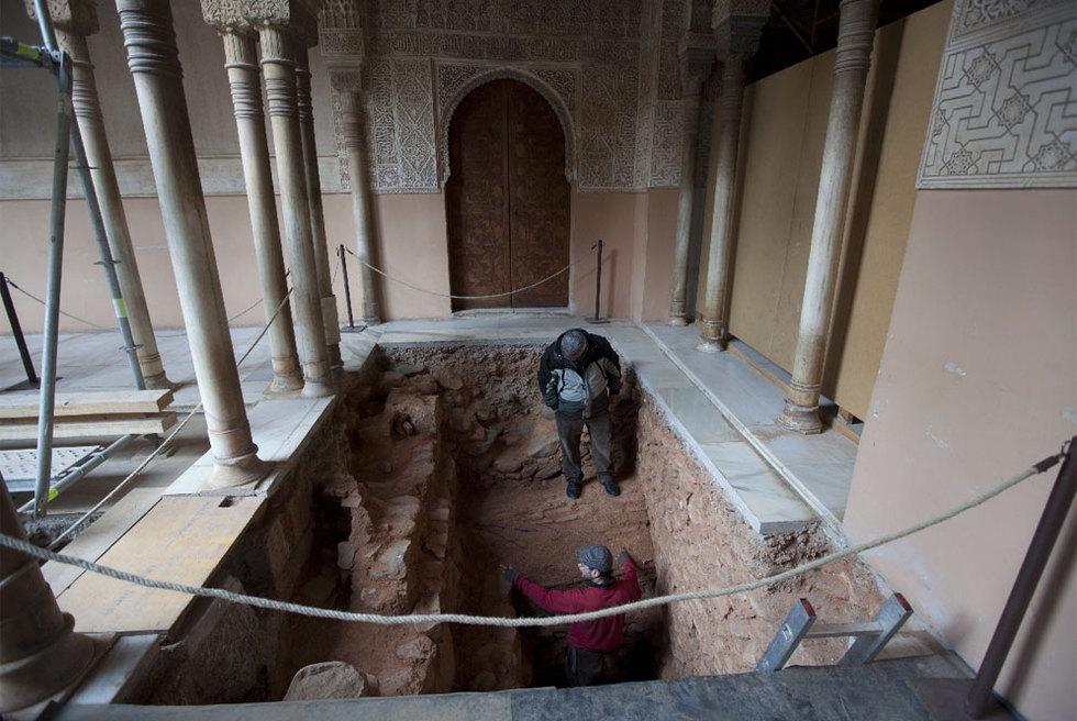 Cata arqueológica en el patio de los Leones