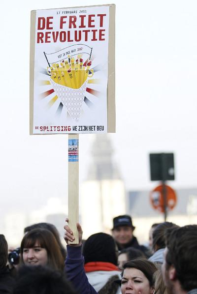 Revolución de las patatas fritas (Fuente: https://i1.wp.com/www.elpais.com/recorte/20110218elpepiint_8/XXLCO/Ies/Protesta_Revolucion_Patatas_Fritas.jpg)