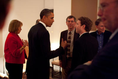 Steve Jobs aparece a la izquierda de Barack Obama y Mark Zuckerberg a la derecha.