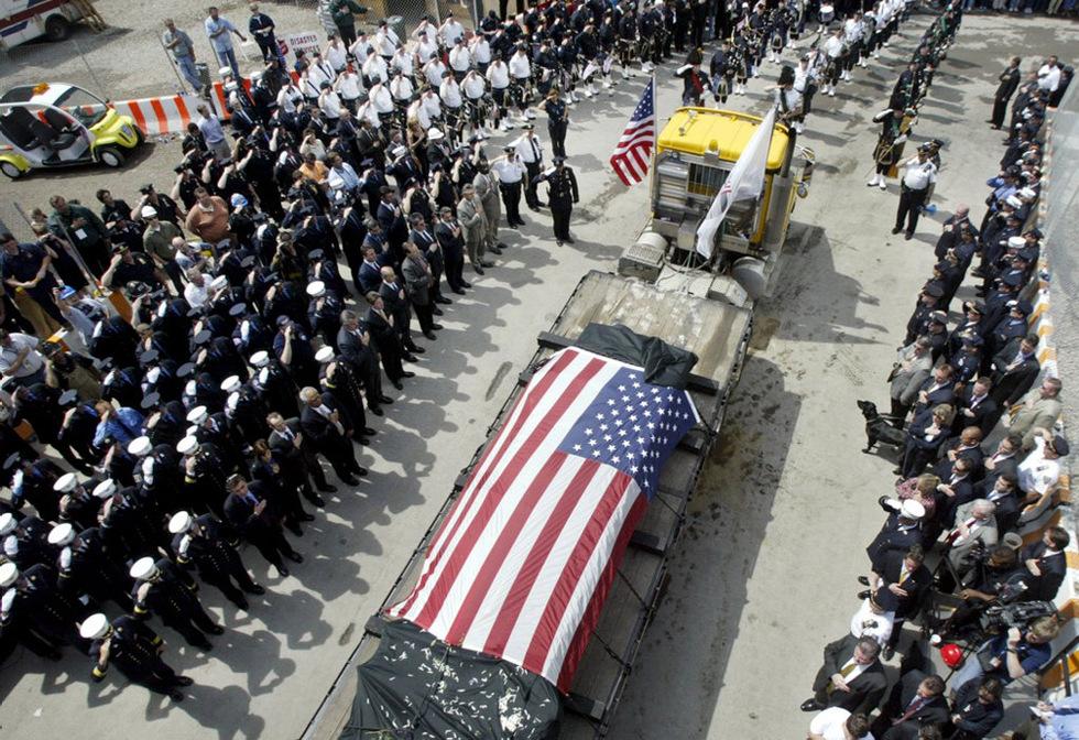 Ceremonia en el lugar donde estaban las Torres Gemelas al dar por concluidas las tareas de desescombro y de recuperación de restos humanos de la zona el 30 de mayo de 2002, donde fallecieron 2.823 personas. PETER MORGAN (REUTERS)