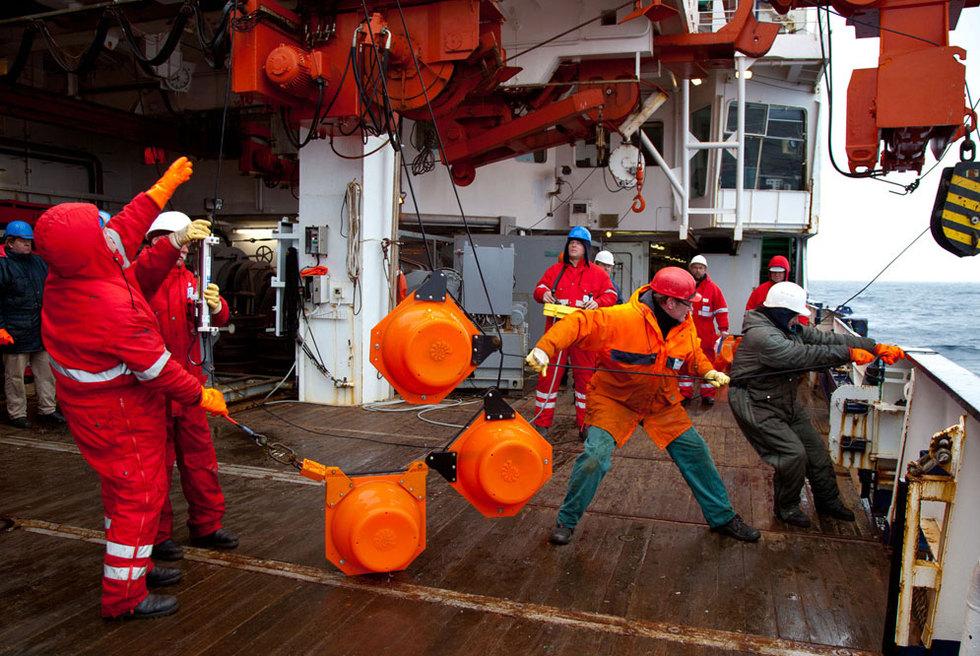 El barco 'Polarstern' de vuelta de la Antártida  - Recogiendo los amarres del 'Polarstern'