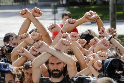 https://i1.wp.com/www.elpais.com/recorte/20110616elpepisoc_1/XLCO/Ies/Indignados_frente_Ministerio_Trabajo.jpg