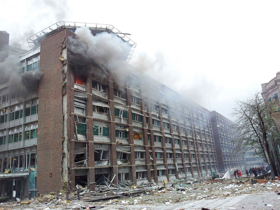 Edificio gubernamental en llamas tras la explosión, en el centro de Oslo