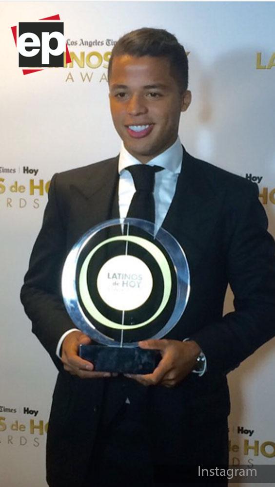 Con una sonrisa tremenda se muestra Giovani, orgulloso de este premio.