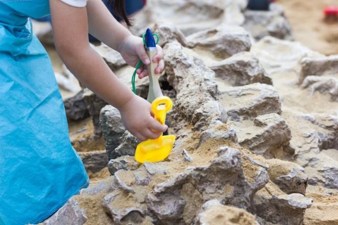 Los niños pueden ejercer como pequeños paleontólogos en algunos de estos parques (iStock).