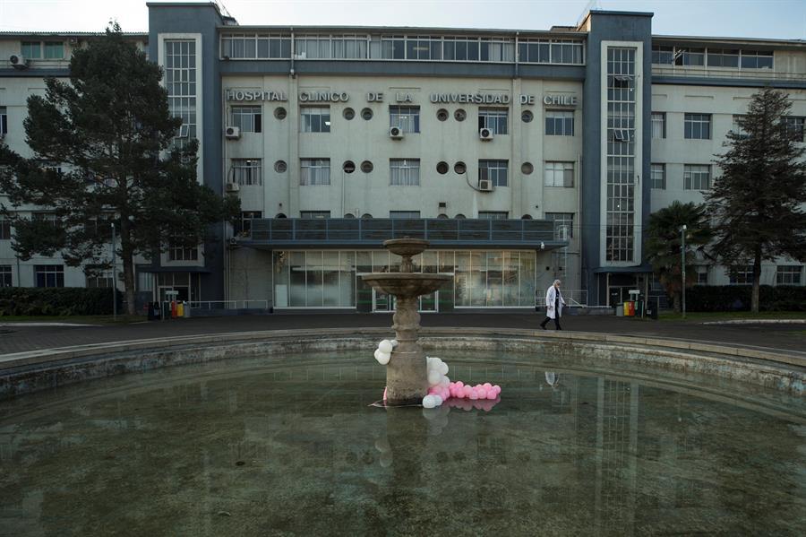 Fotografía fechada el 02 de julio de 2020 de un grupo de globos en la fuente de la entrada del Hospital Clínico de la Universidad de Chile, uno de los centros que afrontan la crisis sanitaria provocada por la COVID-19 en Santiago (Chile). EFE/Alberto Valdés