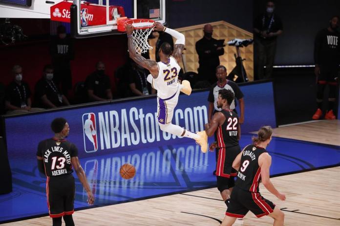 LeBron James realiza una volvada ante los Heat de Miami durante el sexto partido de las finales de la NBA, este 11 de octubre de 2020. EFE/Erik S. Lesser
